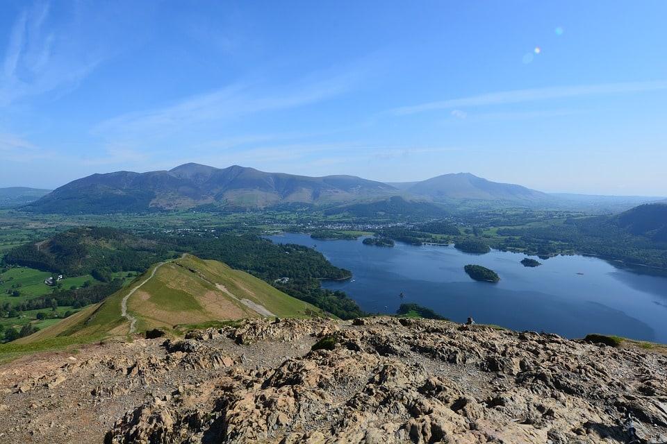 Hrabstwo Kumbria, gdzie znajduje się wiele stadnin, które oferują tego typu wyprawy. Do najpopularniejszych należy obszar Lake District, zwany angielską krainą jezior.
